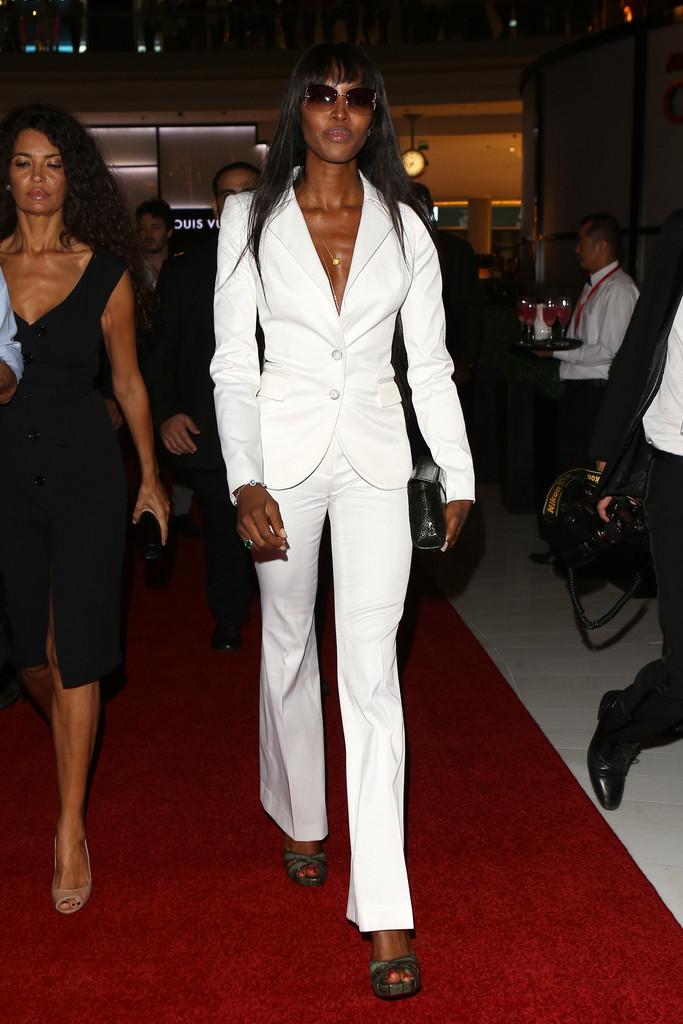 Naomi Campbell walking in Dubai Mall